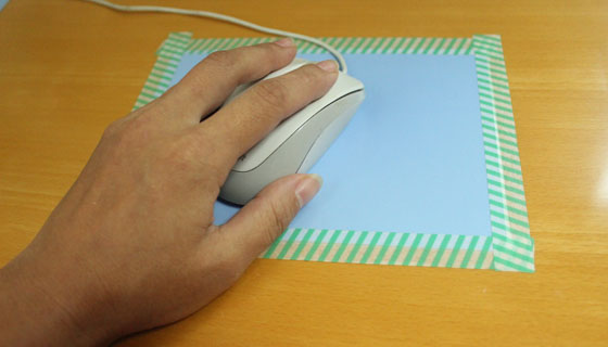 超薄型マウスパッドをマスキングテープで固定