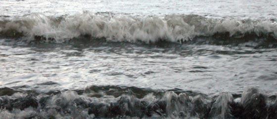 腰越漁港周辺の波
