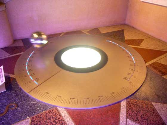 フーコーの振り子が緯度ごとに回転角が変わるしくみ(と計算機)