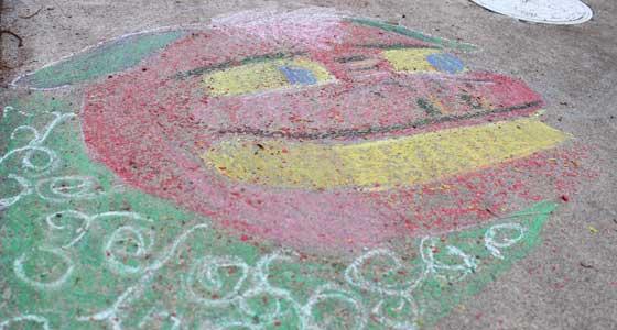 コンクリートにクレヨンで獅子舞を描く
