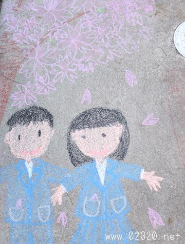 コンクリートにクレヨンで入学式のイラスト