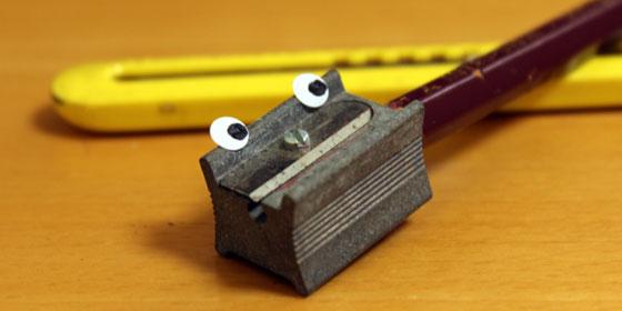 鉛筆をカッターナイフで安全に削るコツ【動画あり】