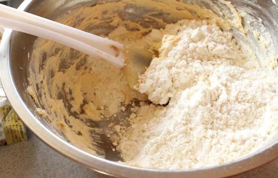 スコーン生地に小麦粉を混ぜる