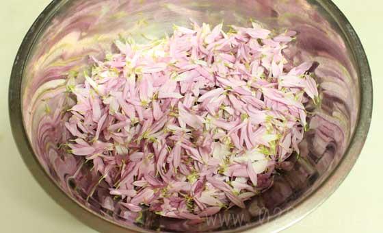 菊の酢の物を作る